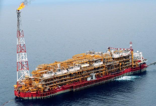 TESOURO AFRICANO Plataforma de petróleo na Nigéria. A Petrobras investiu US$ 4 bilhões na África, entre 2003 e 2010, e pretende se desfazer de várias operações no continente (Foto: Dave Fehling/Stateimpact Texas)
