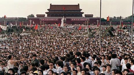 北京学生群众在天安门广场上集会(2/6/1989)