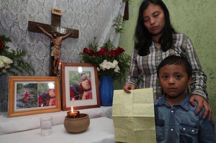Gloria e seu filho Javier ao lado do altar para o marido que estão em sua casa, em San Juan Alotenango.  (Foto da imprensa livre: Stuart Paredes)