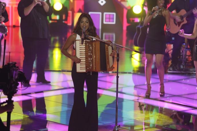 Lucy Alves se apresenta no palco da quinta temporada do The Voice Brasil (Foto: Artur Meninea/Gshow)