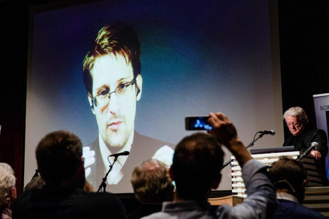 Edward Snowden appelait son auditoire à ne pas... (PHOTO AFP)