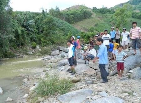 Hình ảnh 2 vợ chồng mất tích ở Quảng Ngãi: Thi thể người chồng mắc vào hòn đá dưới suối số 1
