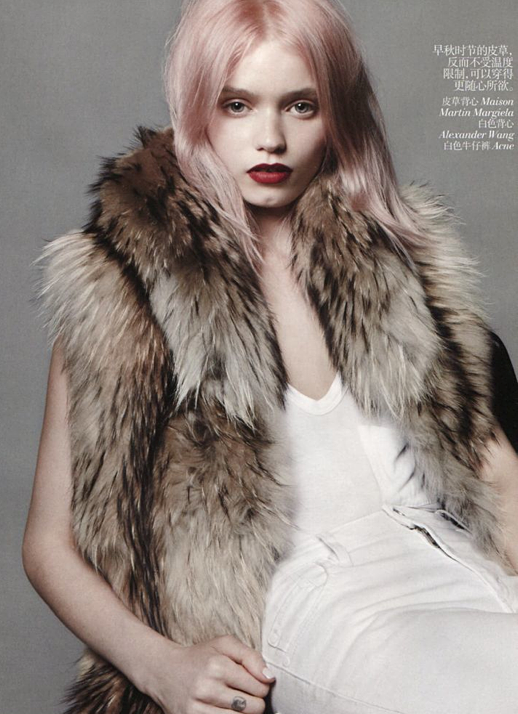VOGUE CHINA ABBEY LEE KERSHAW MODEL PINK HAIR RED LIPS THICK BROWN TAN FUR VEST WHITE POCKET TANK TOP SKINNY WHITE JEANS DENIM EDITORIAL 8