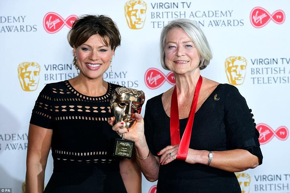 Mainstay: Kate Silverton (à esquerda) apresentou Kate Adie com o BAFTA Fellowship Award