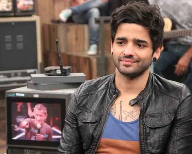 Lucas, da Fresno, comenta se sofreu preconceito por causa das tatuagens (Foto: TV Globo/Altas Horas)