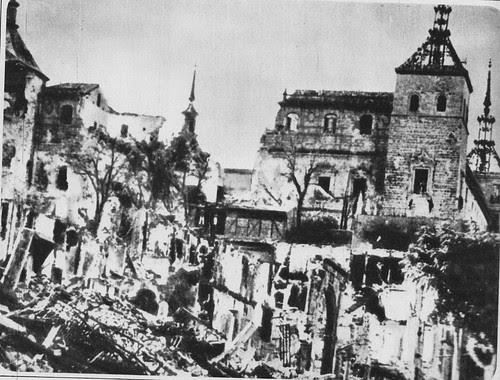 Alcázar de Toledo en pleno asedio.