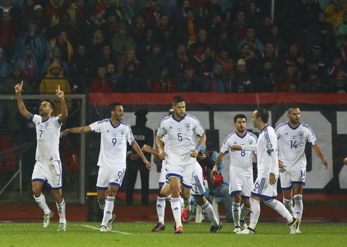 À esquerda, Zahavi comemora gol de Israel sobre Albânia (Foto: AP Photo/Hektor Pustina)