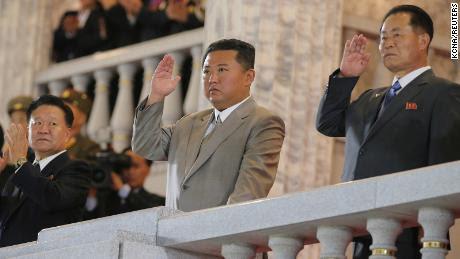 El líder de Corea del Norte, Kim Jong Un (centro), asiste a un desfile celebrado para conmemorar el 73 aniversario de la república en Pyongyang.  Esta imagen sin fecha fue proporcionada por la Agencia Central de Noticias de Corea del Norte el 9 de septiembre.
