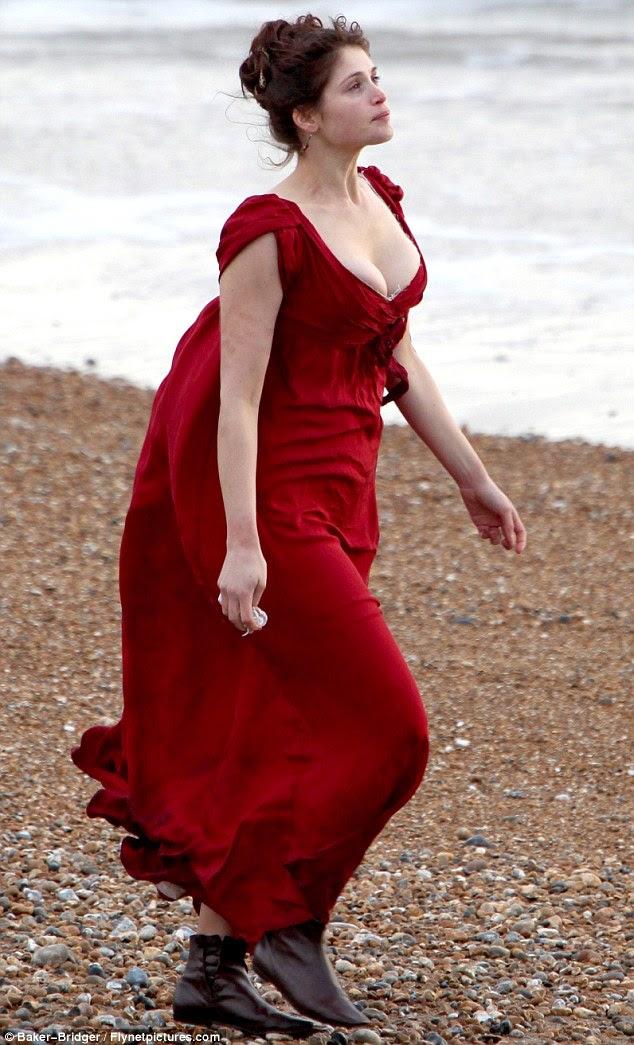 Ampla: Gemma Arterton exibiu seus seios buxom como ela filmou cenas para seu próximo filme Bizâncio, na costa sul da Inglaterra