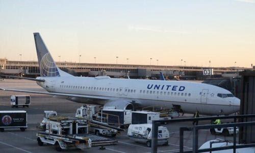 Juez ordena a United Airlines que no ponga en licencia a los trabajadores que buscan una excepción al mandato de vacunación