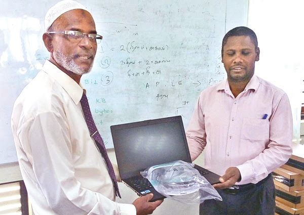 Education Ministry presents laptops to AL teachers