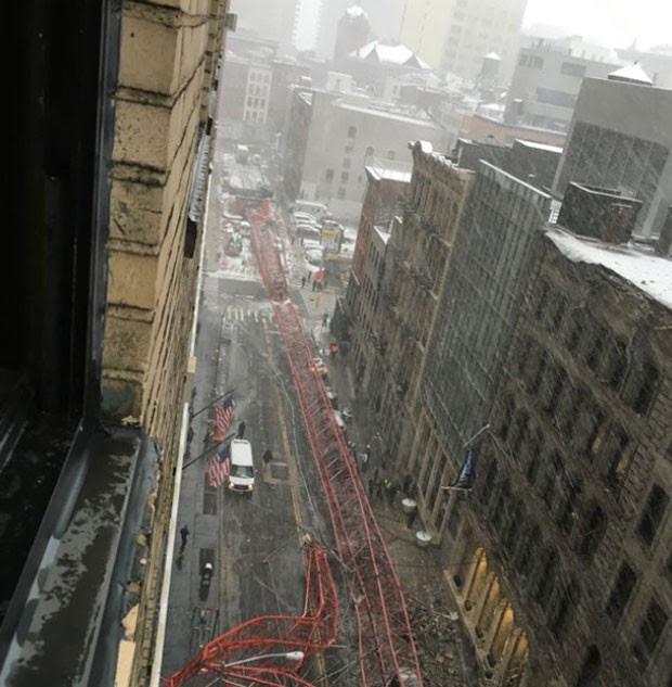 Na queda, guindaste atingiu vários carros que estavam estacionados (Foto: Reprodução/Twitter/Keith V Smith)