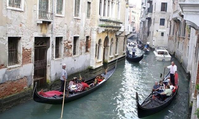 Turistas passeiam em gôndolas em Veneza (Foto: Bloomberg News / 8-10-2009)