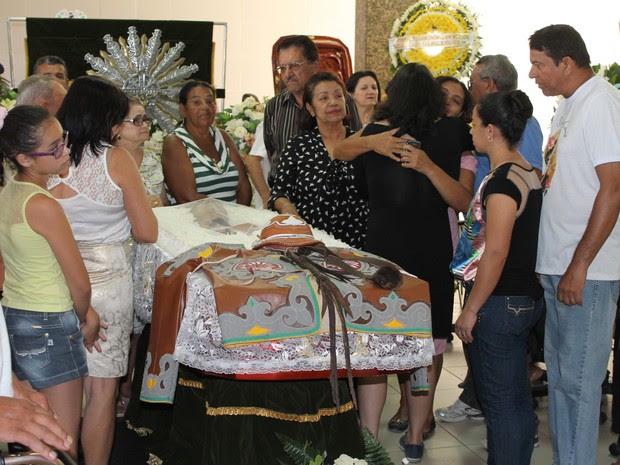 Familiares ficavam ao lado do caixão do radialista Carlos Augusto (Foto: Amanda Franco/ G1)