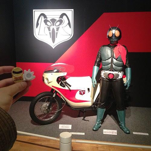 仮面ライダーアート展の入口にいる、ライダー1号とサイクロン号。