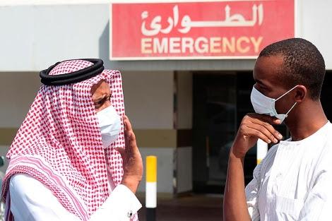 Dos hombres con mascarilla a las puertas de un hospital en Arabia.| Reuters