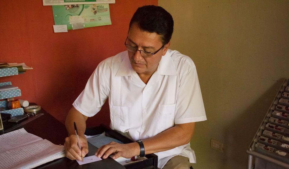 El doctor Arriola, en su consultorio.