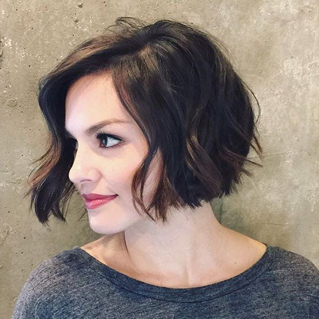 20 Feminine Short Haircuts for Wavy Hair | Styles Weekly