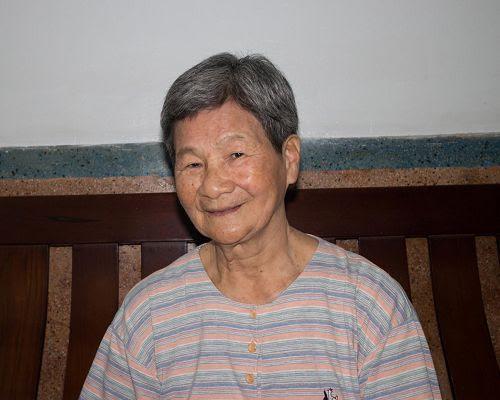 """'图1:年过八旬的洵姨,气色红润,身体健康,她说:""""这都是法轮功的恩赐。""""'"""