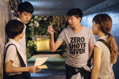 追求完美的導演陳和榆(右2),堅持演員們需演出細膩的情感,才能喊卡。
