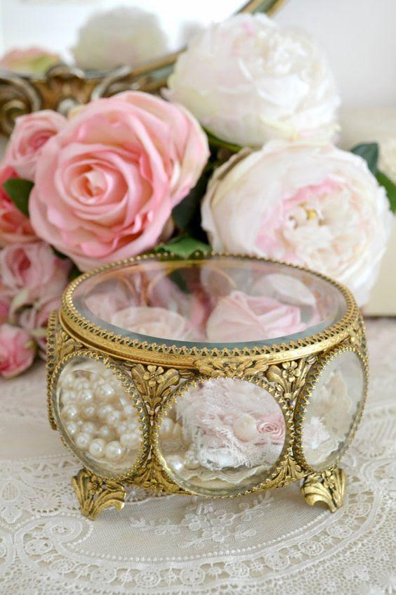 wunderschönen, antiken Schmuck-box mit bejeweled Glas und kleinen Blumen