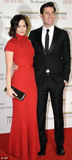 Beauties: Emily Blunt olhou arrebatadora em vermelho no braço do marido, John Krasinski, esquerda, enquanto designer de Marchesa Georgina Chapman deslumbrado em um comprimento de três quartos preto adornado com diamantes como ela posou com o marido Harvey Weinstein