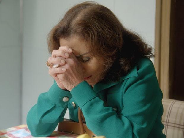 Madalena pede encarecidamente para neta considerar pedido de Vitória (Foto: TV Globo)