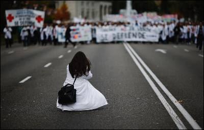 Una manifestante toma una fotografía de una de las 'marea blancas' contra los recortes en la sanidad pública.