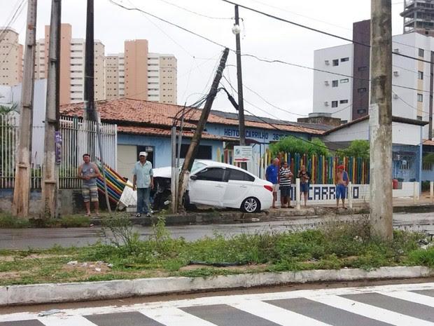 Carro bateu em um poste e ainda derrubou parte do muro da clínica (Foto: PM/Divulgação)
