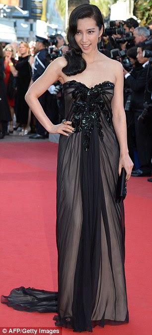 Senhoras Shady: a atriz chinesa Li Bingbing e Karolina Kurkova usavam vestidos negros que chegaram na estréia