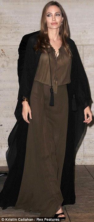 Zahmetsizce şık: aktris gevşek elbise ve pelerin ile az takı giydi