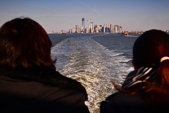 Turistas observam sul de Manhattan desde a barca para Staten Island, em Nova York; cidade comemorou aumento de turistas em 2012