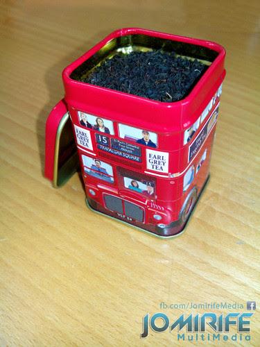 Chá preto de Inglaterra numa lata em forma de autocarro típico