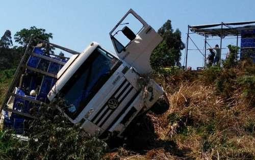 Ibema - Caminhão carregado com frangos tomba na BR 277