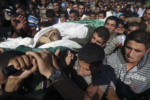 Palestinians carry the body of Hamas resistance fighter Suleiman al-Qarrah during his funeral in Khan Younis in the southern Gaza Strip October 28, 2012. Israel killed a Hamas resistance fighter, al-Qarrah, it accused of preparing to fire a rocket from the Gaza Strip on Sunday and a separate Palestinian salvo struck a southern Israeli city, causing no damage. REUTERS/Ibraheem Abu Mustafa