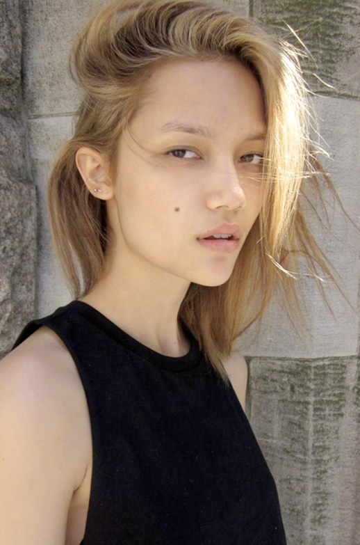 LE FASHION BLOG MODEL CRUSH CHARLOTTE CAREY BLONDE SIDE PART DARIA WERBOWY STYLE HAIR DEMI BOB HAIR NATURAL BEAUTY CROP CROPPED TANK TOP LEATHER SHORTS MULTIPLE MIN SMALL STUD EARRINGS photo LEFASHIONBLOGMODELCRUSHCHARLOTTECAREYBLONDESIDEPARTDARIAWERBOWYSTYLEHAIRDEMIBOBHAIRNATURALBEAUTYCROPCROPPEDTANKTOPLEATHERSHORTS.png