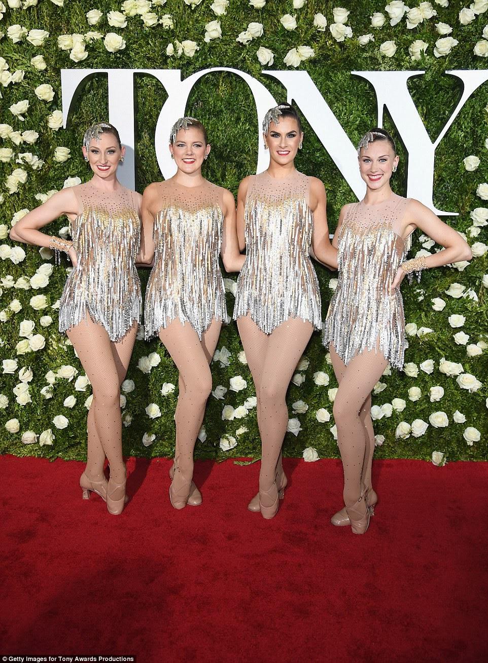 Dazzling: Dançarinos de The Rockettes colocaram uma tempestade no tapete vermelho antes de entrar para o show