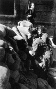 Cuando el alzamiento militar nacionalista estalló, los anarcosindicalistas, ya lo esperaban y se habían entrenado.  Milicianas en una barricada en Barcelona, año 36