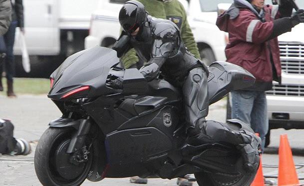 """Surgiram na internet mais fotos do set de """"RoboCop"""", dirigido pelo brasileiro José Padilha. O ator Joel Kinnaman aparece pilotando o que seria a nova moto ..."""