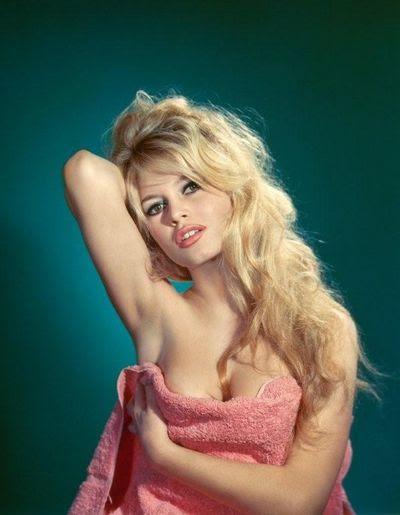 Brigitte Bardot tarjeta postal de los años sesenta  Foto Sam Levin