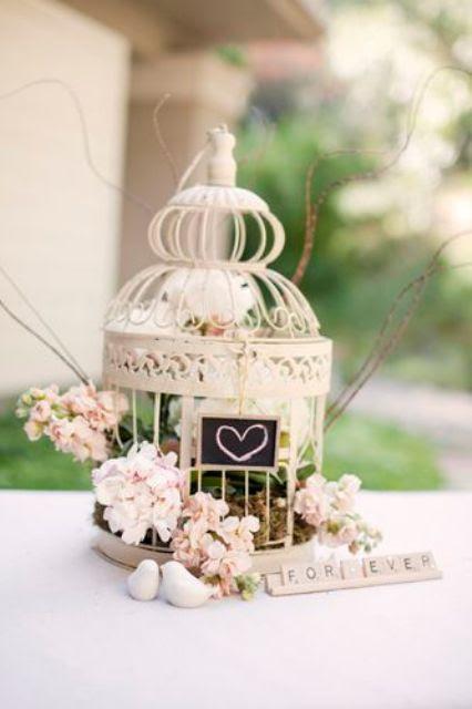 einen kleinen Käfig, mit einer Tafel, Schild, rosa Blüten und grün