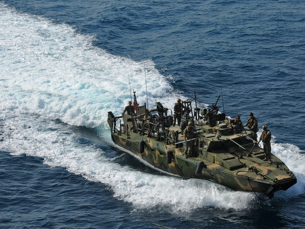 Foto divulgada nesta terça-feira (12) pela Marinha dos EUA mostra tipo de barco americano interceptado pelo Irã (Foto: US Navy photo by Mass Communication Specialist 2nd Class Zane Ecklun/AFP)