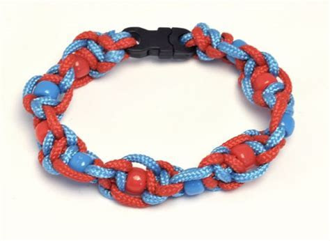 Twisted half sqaure knot paracord bracelet with plastic