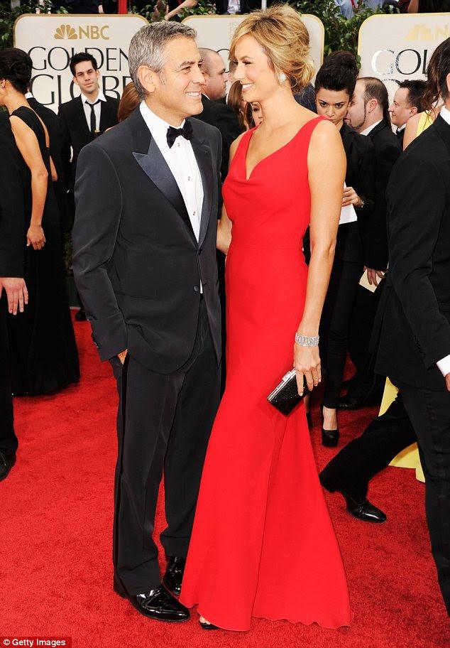 O olhar de amor: Stacy Keibler combinava com a carpete no seu vestido, mas George Clooney certamente parecia encantada com a sua data
