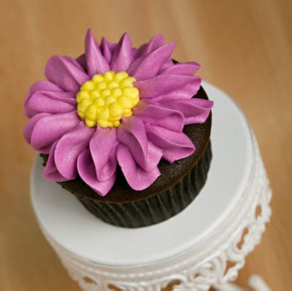 Decorated Cupcakes   Gerber Daisy Decorated Cupcake