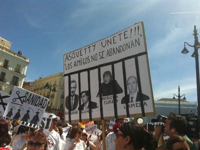Una pancarta sobre la querella, aceptada a trámite por el juez, contra la cúpula de la privatización sanitaria.