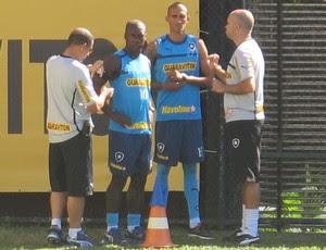Seedorf e Rafael Marques botafogo (Foto: Thales Soares / globoesporte.com)