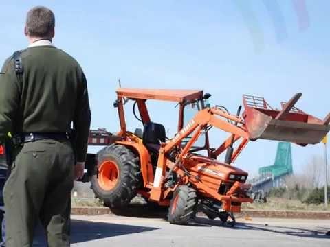 crash de tracteur video de tracteur. Black Bedroom Furniture Sets. Home Design Ideas