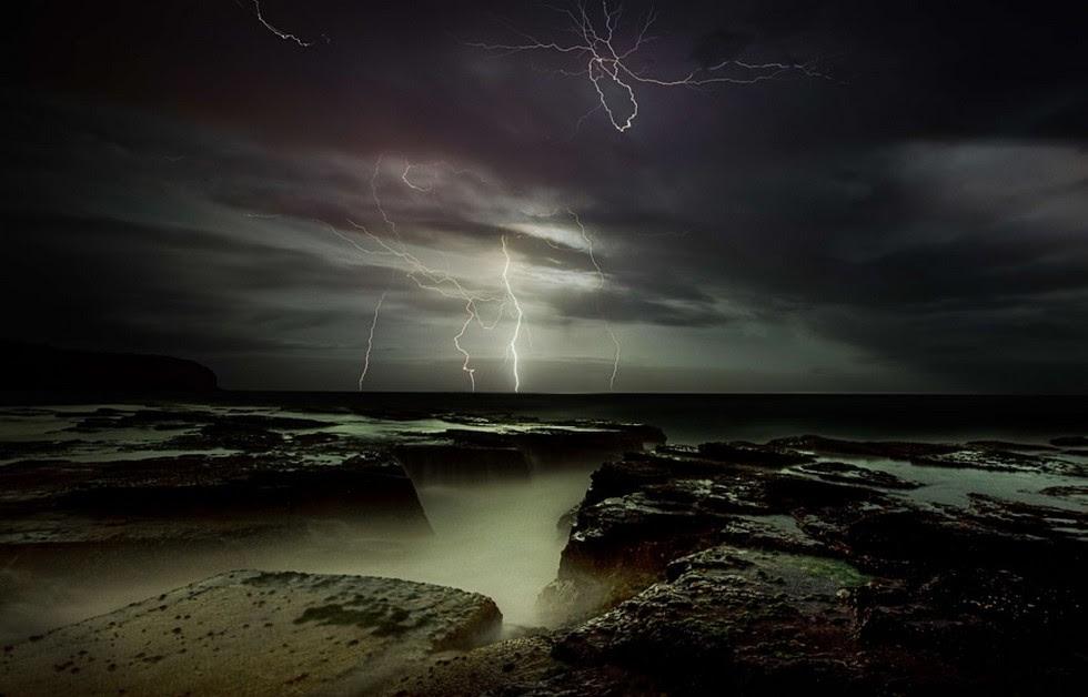 Молния на море