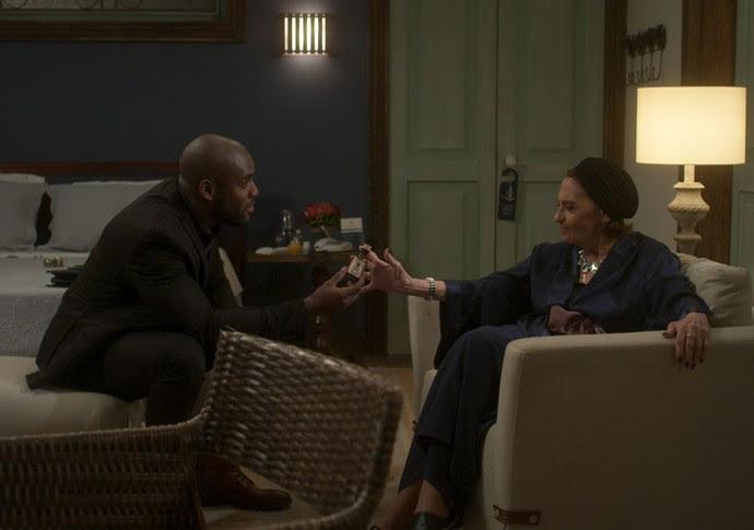 João Amaro entrega um veneno para Dona Sinhá (Foto: TV Globo)